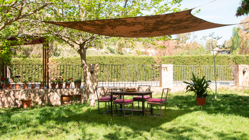 Malla sombreadora de Catral instalada en el jardín