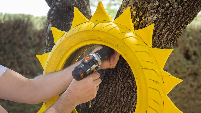 Colocación de la maceta en forma de sol en un árbol