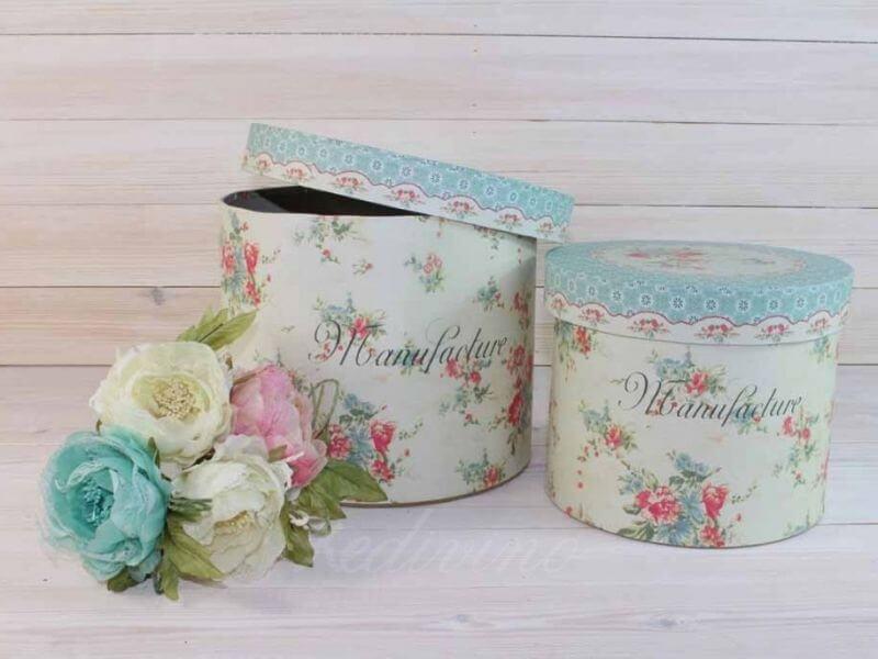 Cajas azules decoradas al estilo shabby chic con colores azul y rosa pastel y muchas flores
