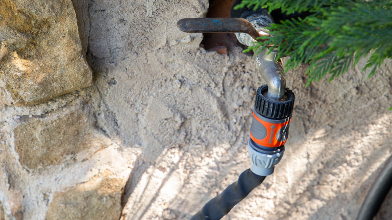 Conexión de la manguera con el suministro de agua