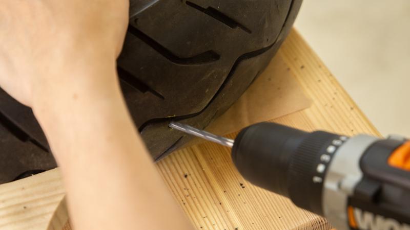 Creación de los agujeros para fijar las piezas de madera al neumático