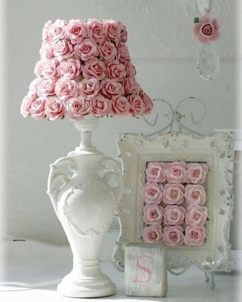Lámpara decorativa con flores rosas y jarrón blanco estilo shabby chic vintage
