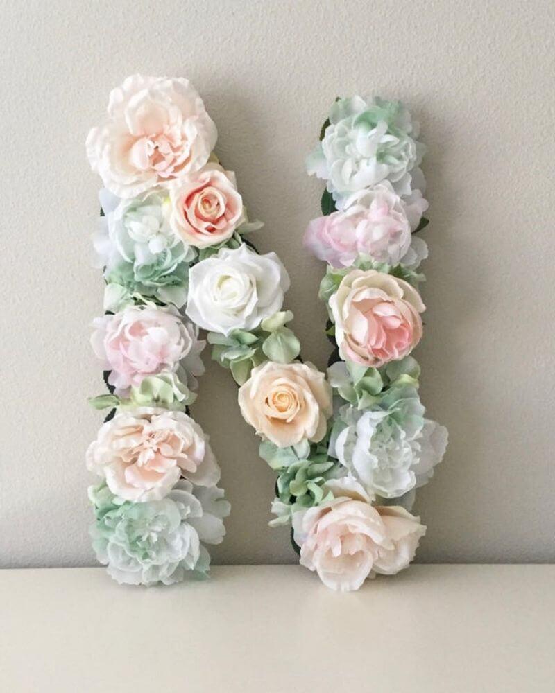 Letras decoradas con flores en tonos pastel
