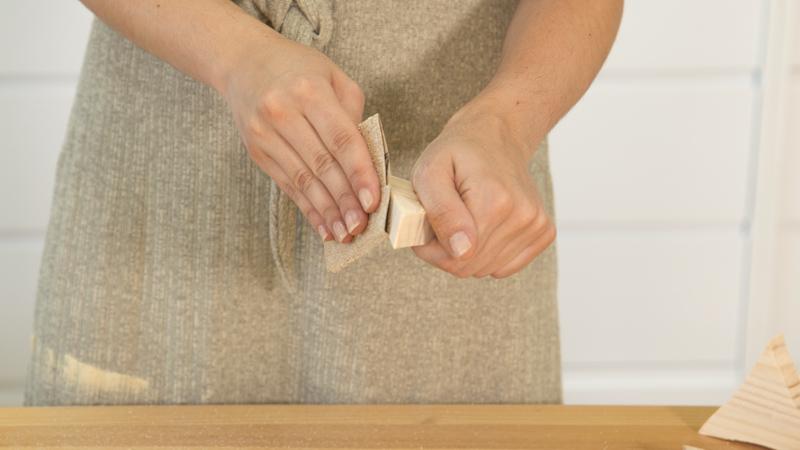 Lijado de las piezas de madera de la maceta en forma de sol