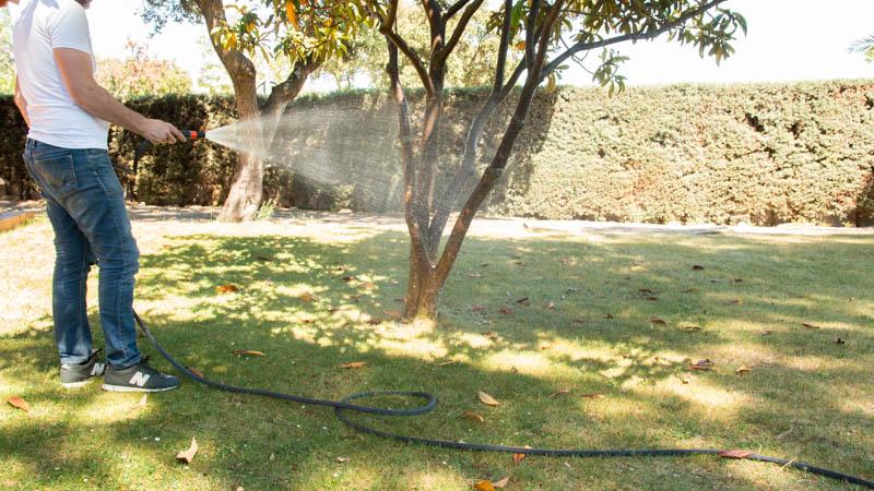 Riego del jardín con una manguera textil
