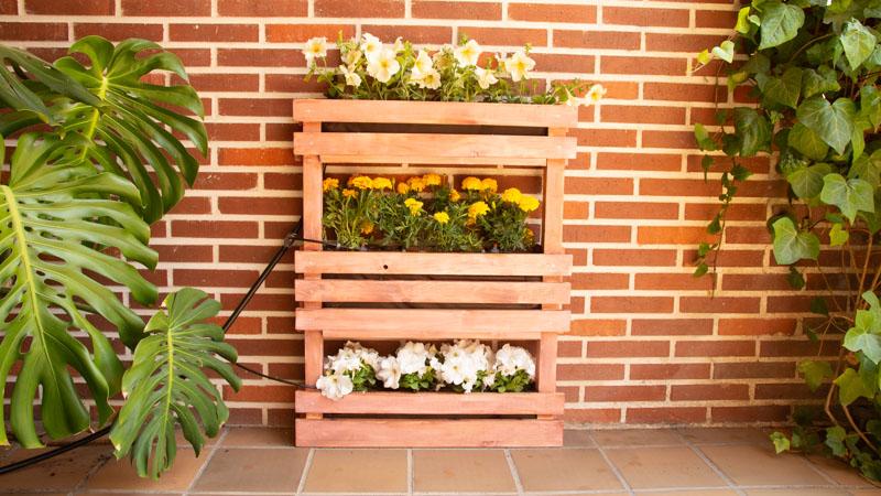 Jardinera vertical con riego por goteo instalada