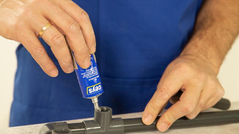 Pegado de tuberías de PVC con una adhesivo de Ceys