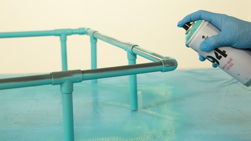 Pintado de los tubos de PVC que forman la estantería