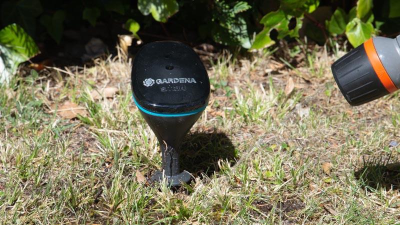 Preparación de la tierra para instalar el sensor Smart de Gardena