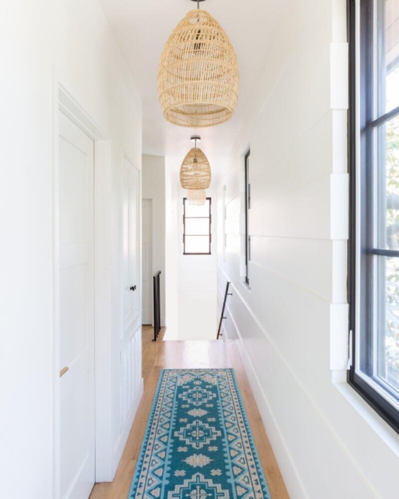 Alfombra larga de color azul con motivos estilo persa