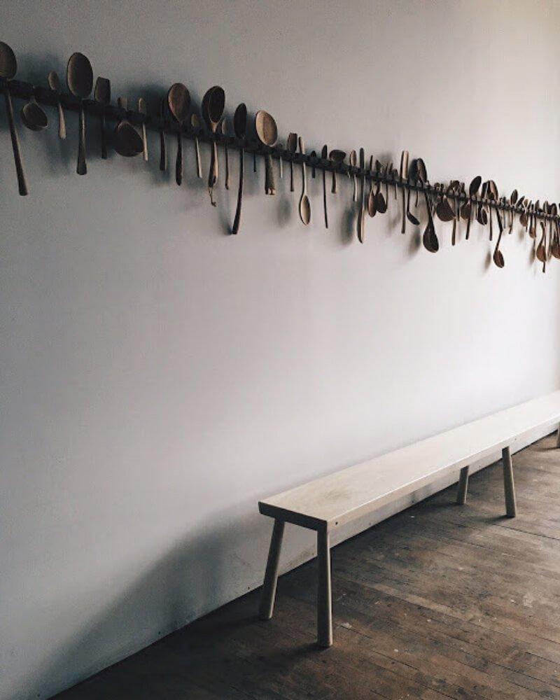 Escultura de cucharas para decorar el pasillo de casa