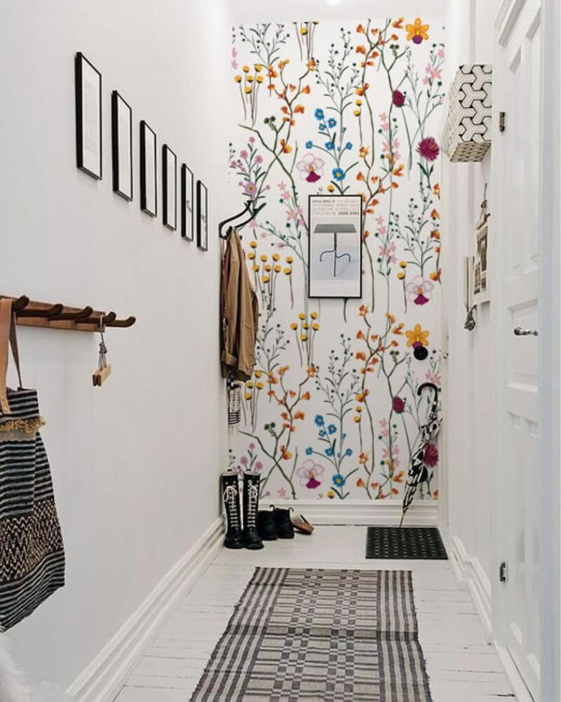 Decora el pasillo con papel pintado de fondo blanco y flores silvestres coloridas