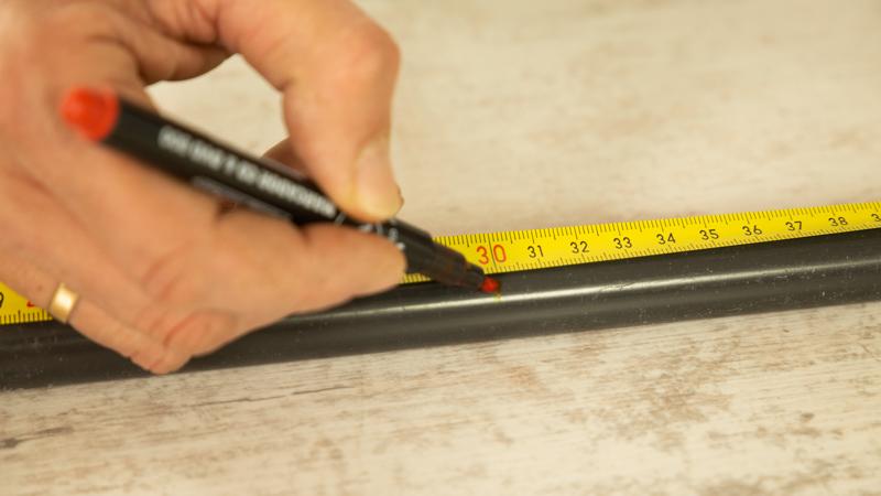 Rotulador marcando las partes de las tuberías de pvc