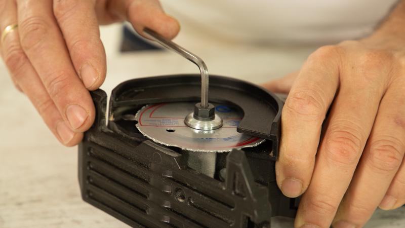Preparación de la sierra circular antes de cortar