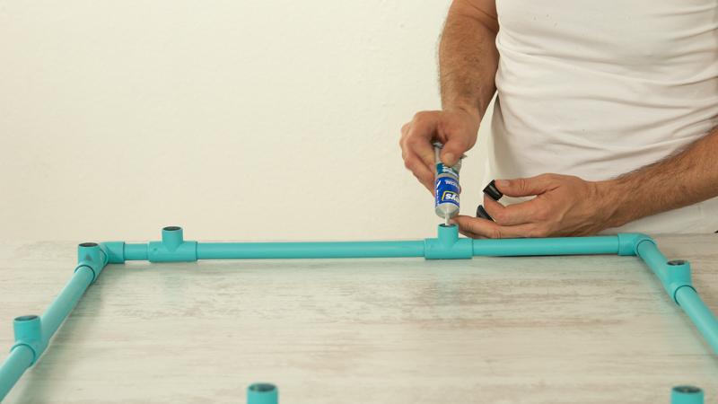 Aplicación de adhesivo específico para PVC para montar la estantería