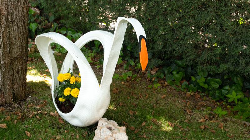 Maceta con un neumático reciclado con forma de cisne