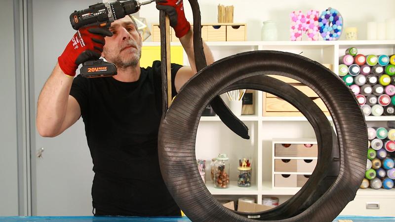 Atornillar el listón de madera al neumático para hacer el cuello