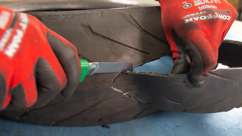 Cortar la franja central del neumático con el cúter