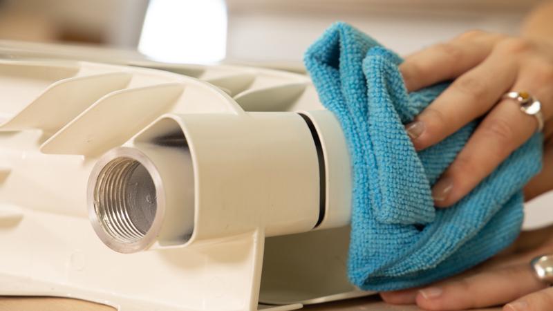 Quita el polvo o impurezas después de lijar el radiador
