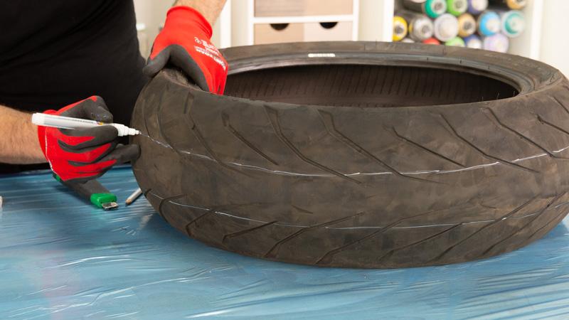 Marcar el neumático con rotulador blanco
