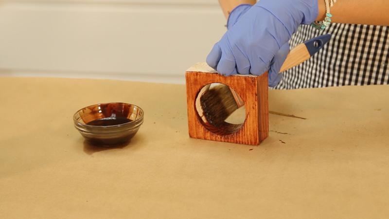 Barnizado de la madera de las macetas
