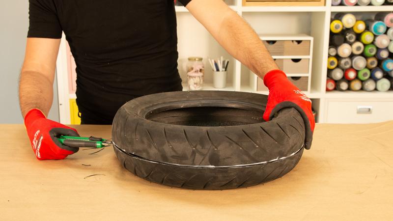 Cúter cortando la goma del neumático reciclado