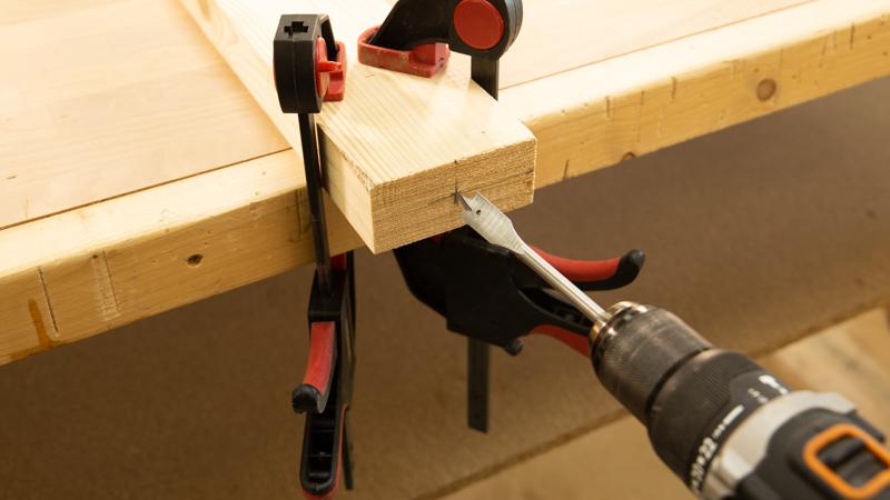 Broca de pala haciendo el agujero para el tubo de ensayo