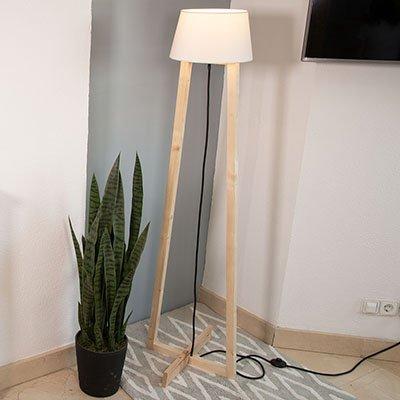 Lámpara de pie de madera casera