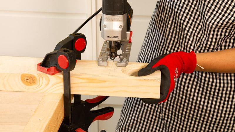 Sierra de calar cortando la estructura de la maceta