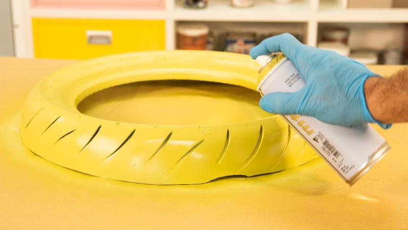 Pintado de la goma del neumático con spray