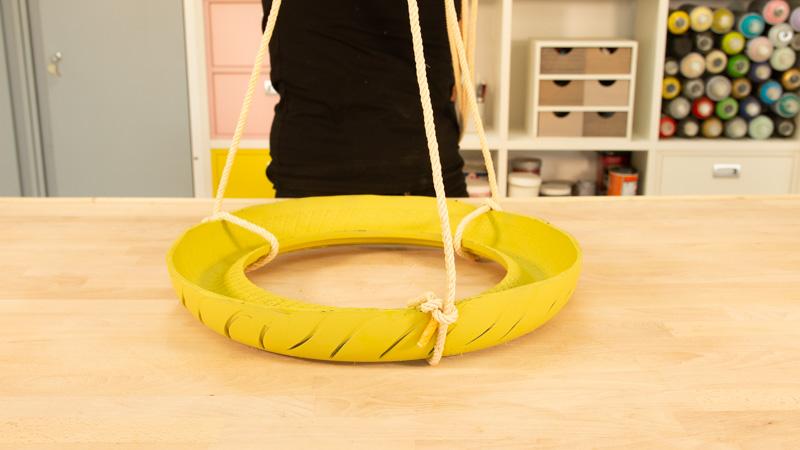 Fijación de los tramos de cuerda al neumático para colgar el comedero