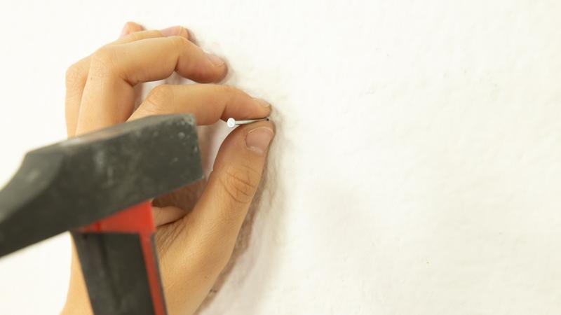 Fijación de las puntas para marcar la posición del jardín vertical en la pared