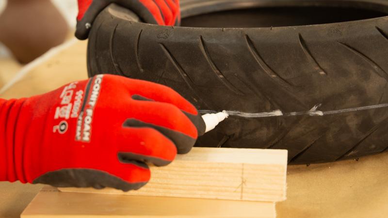 Líneas de corte del neumático para crear el comedero