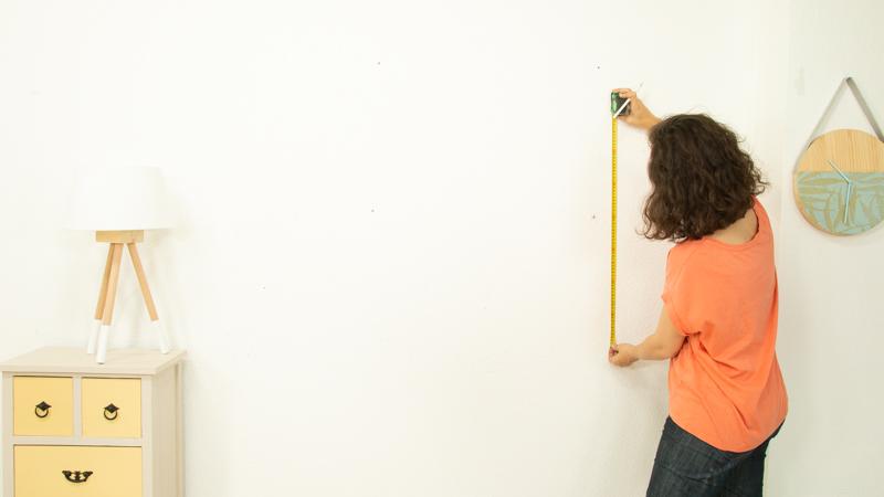 Flexómetro midiendo la pared en la que va instalado el jardín vertical