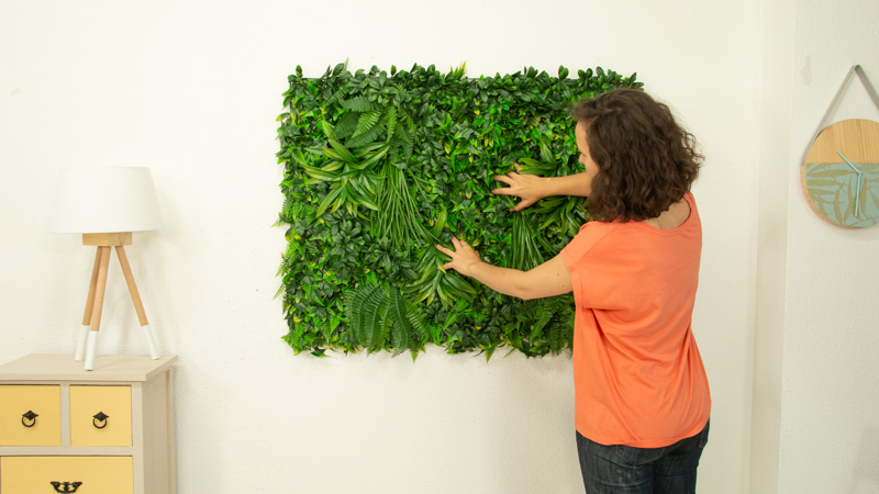 Peinado de la hojas del jardín vertical tras su instalación