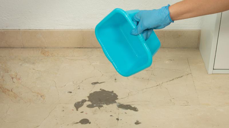 Aplicación del elimina cemento sobre la mancha