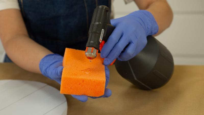Aplicación de agua sobre una esponja