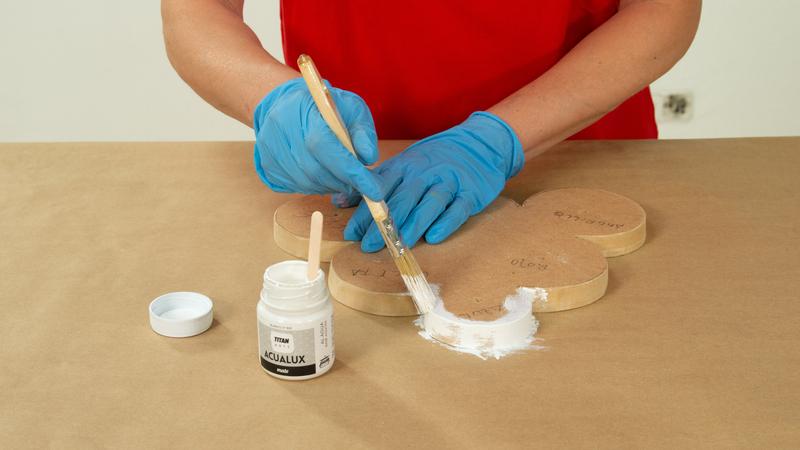 Aplicación de pintura en los bordes de la base de la estantería