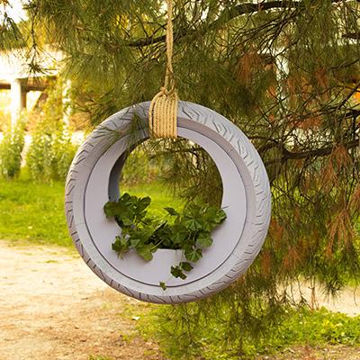 Maceta redonda para el jardín hecha con una rueda
