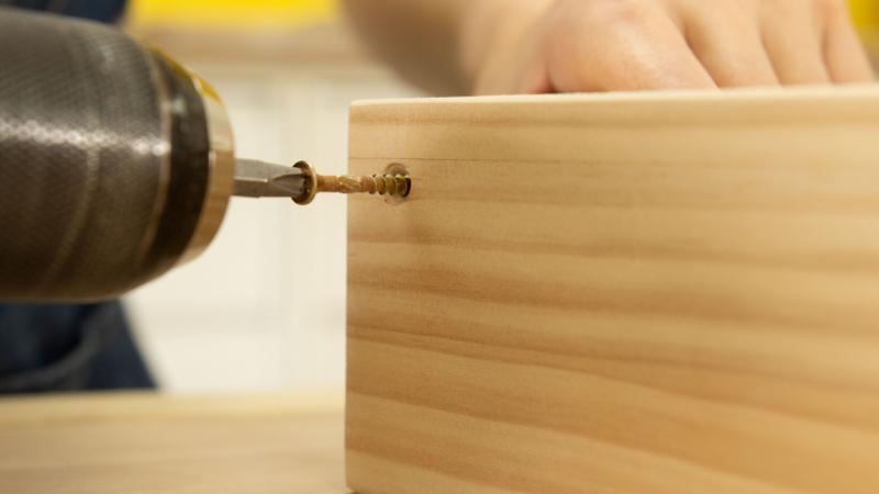 Atornillado de la estructura de madera del revistero rectangular