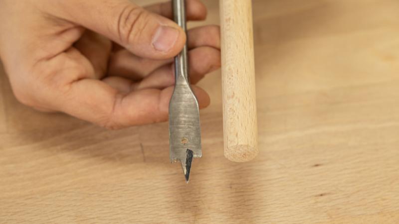 Perforar las piezas con una broca de igual ancho que el listón cilíndrico