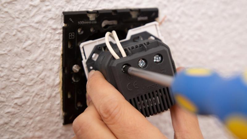 Conecta los cables en la base del nuevo enchufe USB de Simon