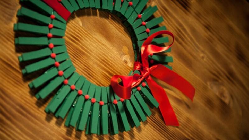 Corona de Navidad hecha con pinzas