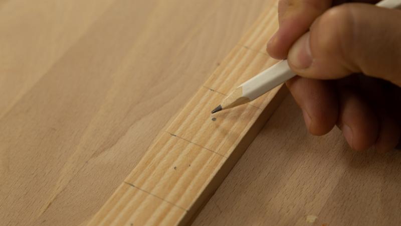 Realización de marcas para cortar posteriormente las piezas de madera