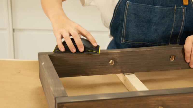 Lijado suave de la estructura del revistero rectangular
