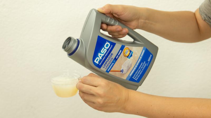 Vertido de 100 ml de producto limpiador en un recipiente