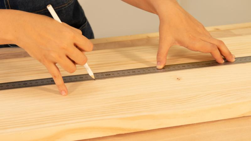 Medición de la madera para la estructura del revistero rectangular