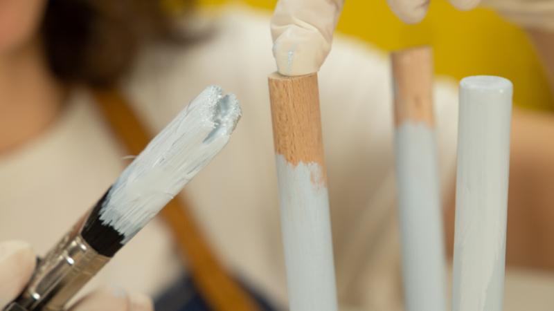 Aplicación de pintura en los extremos de los travesaños