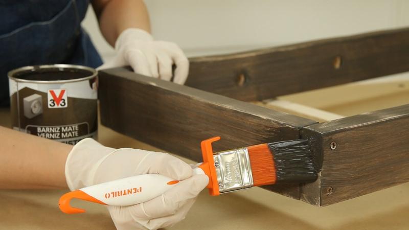 Aplicación de una segunda capa de pintura sobre el revistero
