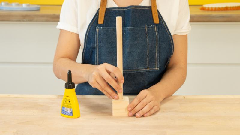 Unión de la barra cilíndrica de madera a la base
